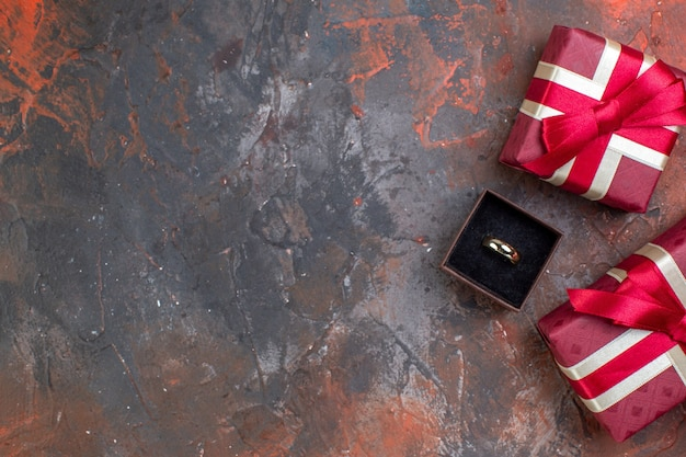 Bovenaanzicht valentijnsdag cadeautjes met ring op donkere achtergrond cadeau parfum liefde gevoel kleur paar vrouw ring huwelijk