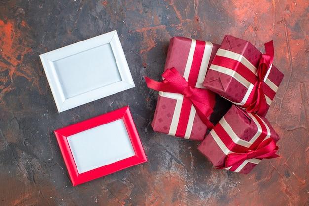 Bovenaanzicht valentijnsdag cadeautjes met rode strikken op donkere achtergrond ik hou van je foto kleuren cadeau liefde gevoel minnaar paar