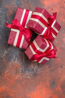 Bovenaanzicht valentijnsdag cadeautjes met rode strikken op het donkere oppervlak ik hou van je foto kleur cadeau liefde gevoel minnaar paar