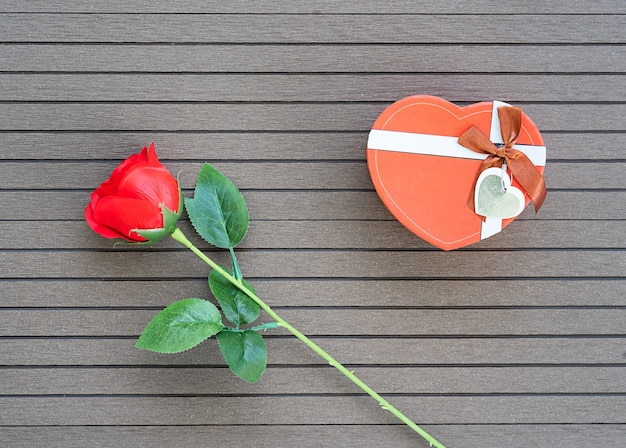 Bovenaanzicht valentijnsdag concept met rode rozen en rode hartvormige doos