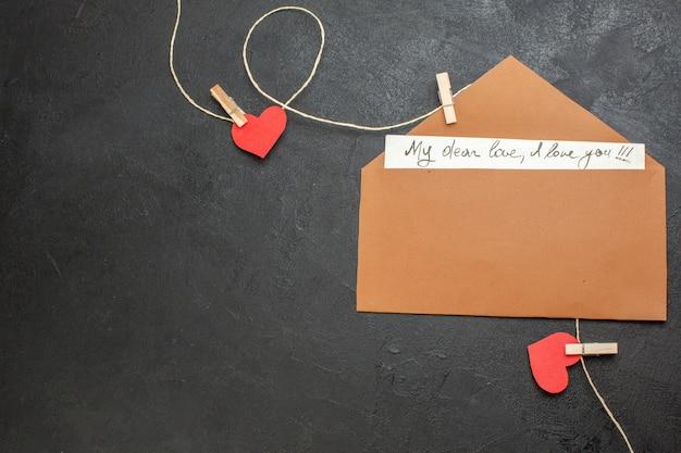 Bovenaanzicht valentijnsdag notitie op donkere achtergrond minnaar liefde paar huwelijk hart kleur gevoel