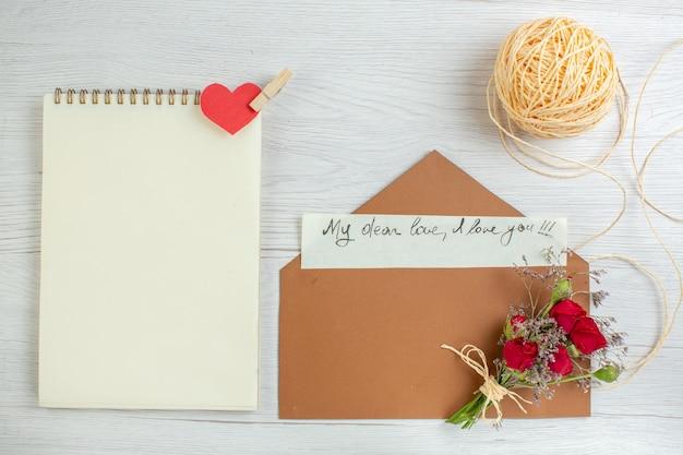 Bovenaanzicht valentijnsdag notitie op witte achtergrond hart paar huwelijk passie minnaar gevoel liefde vakantie