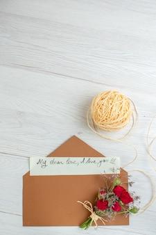 Bovenaanzicht valentijnsdag notitie op witte achtergrond hart paar huwelijk passie minnaar kleuren gevoel liefde
