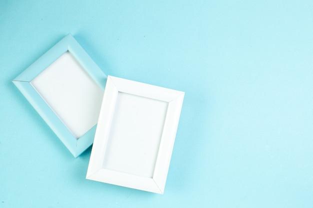 Bovenaanzicht valentijnsdag presenteert elegante fotolijsten op blauwe achtergrond geschenk liefde paar gevoel kleur vrouw huwelijk