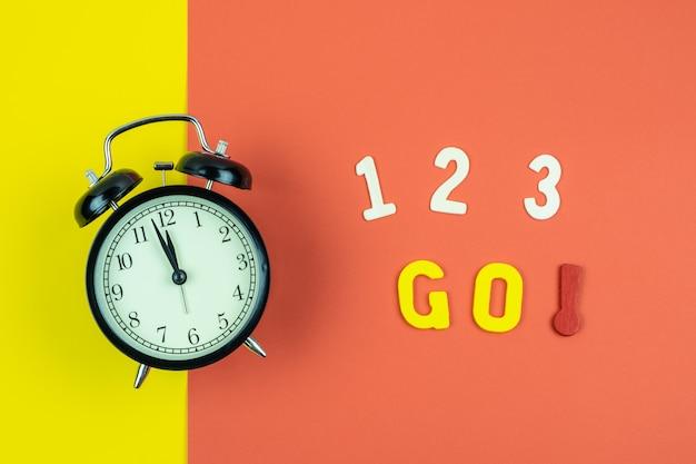 Bovenaanzicht van 1 2 3 ga formulering met klassieke klok