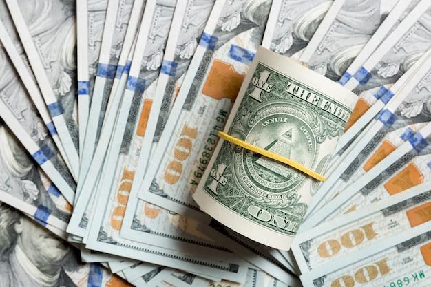 Bovenaanzicht van 1 opgerolde dollarbiljetten