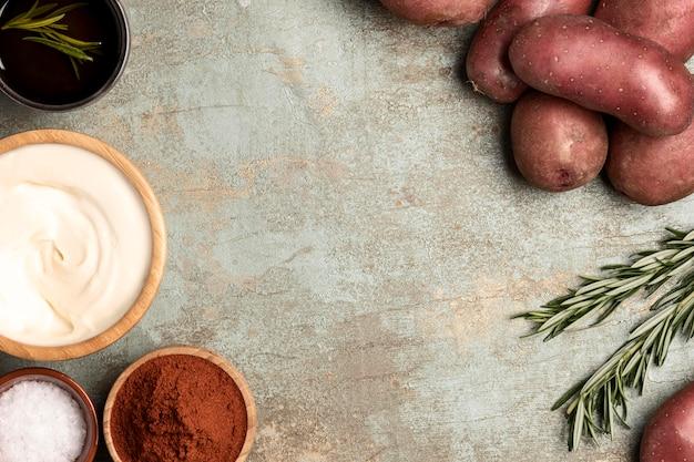 Bovenaanzicht van aardappelen in kommen met rozemarijn
