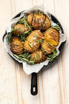 Bovenaanzicht van aardappelen in pan met rozemarijn