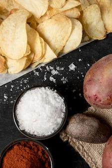 Bovenaanzicht van aardappelen met chips en specerijen