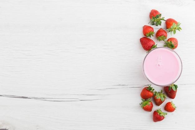 Bovenaanzicht van aardbei smoothie met fruit