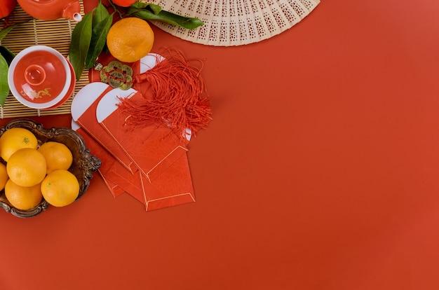 Bovenaanzicht van accessoires aziatische nieuwjaar festival decoraties met theeservies ceremonie