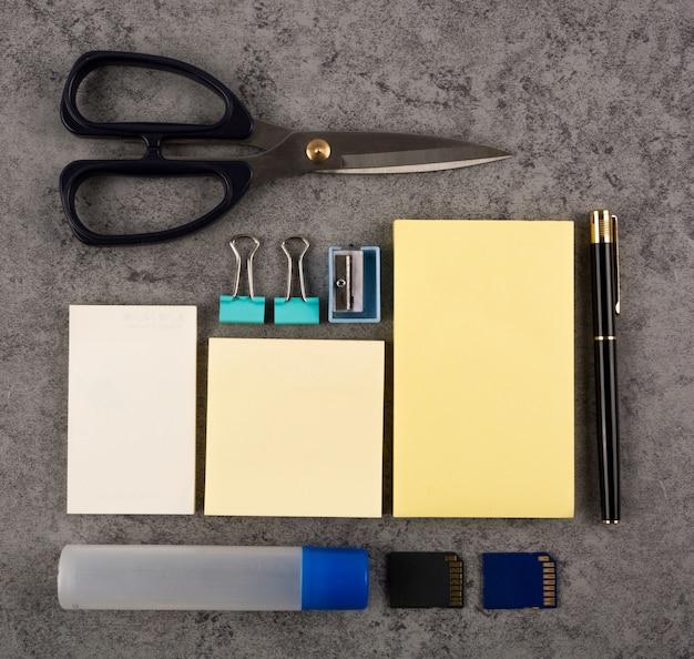 Bovenaanzicht van accessoires om te werken