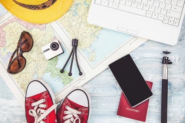 Bovenaanzicht van accessoires van de reiziger reisplan, reisvakantie, toerisme instagram op zoek beeld van reizen