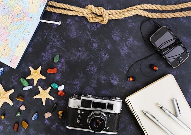 Bovenaanzicht van accessoires van reizigers.