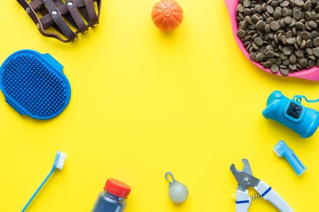 Bovenaanzicht van accessoires voor hondenverzorging en voeding. plat leggen. ruimte voor tekst.