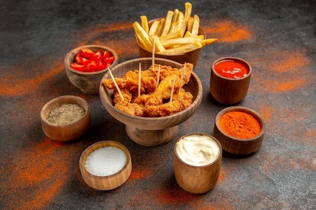 Bovenaanzicht van alle smaken met french fried chicken menu