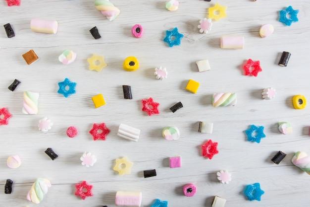 Bovenaanzicht van allerlei soorten drop, jelly candy en marshmallow