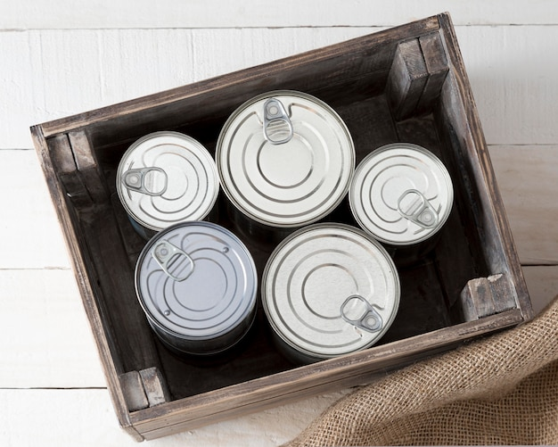 Bovenaanzicht van aluminium blikjes in houten kist