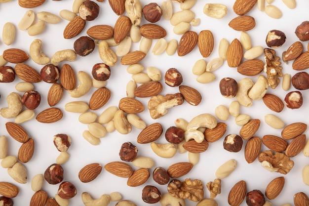 Bovenaanzicht van amandelen en cashewnoten met andere noten