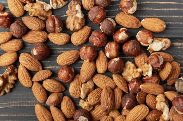 Bovenaanzicht van amandelen met hazelnoten en walnoten
