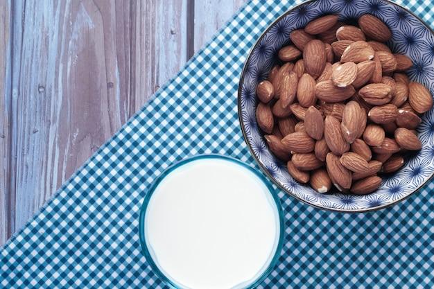 Bovenaanzicht van amandelnoten en melk op tafel