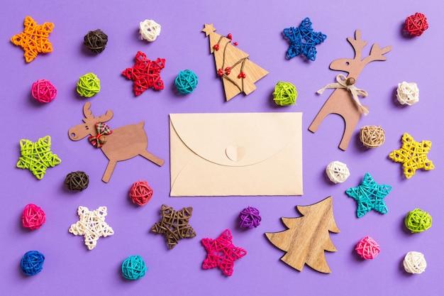 Bovenaanzicht van ambachtelijke envelop. nieuwjaarsdecoraties op paars.