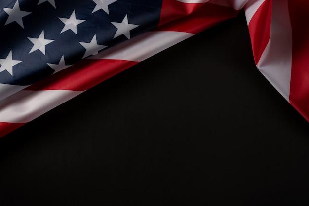 Bovenaanzicht van amerikaanse vlag op donkere achtergrond