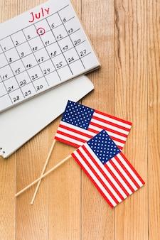 Bovenaanzicht van amerikaanse vlaggen met kalender