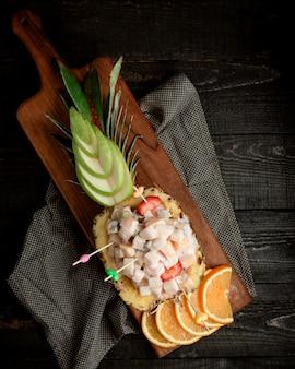 Bovenaanzicht van ananas kom salade met fruitblokjes in room