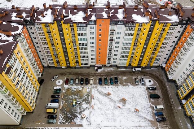 Bovenaanzicht van appartement hoge gebouwen in de winter