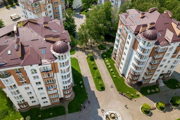 Bovenaanzicht van appartement of kantoor hoge gebouwen, geparkeerde auto's, stadslandschap. drone luchtfotografie.