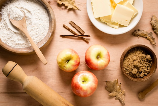 Bovenaanzicht van appels met ingrediënten voor de maaltijd