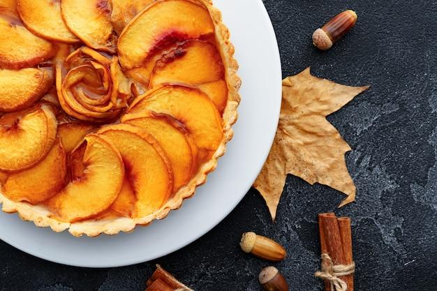 Bovenaanzicht van appeltaart op een houten bord
