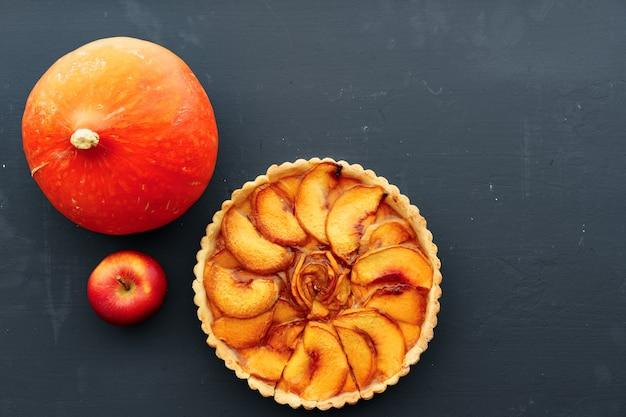 Bovenaanzicht van appeltaart taart op een houten bord