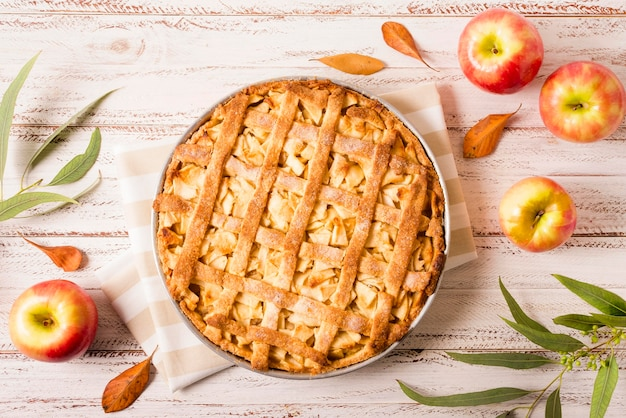 Bovenaanzicht van appeltaart voor thanksgiving met bladeren