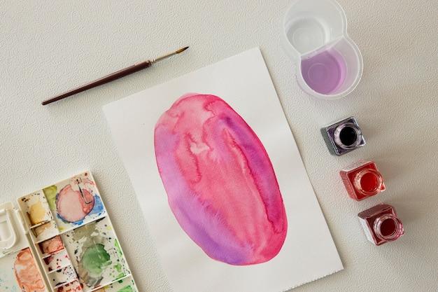 Bovenaanzicht van aquarel met penseel