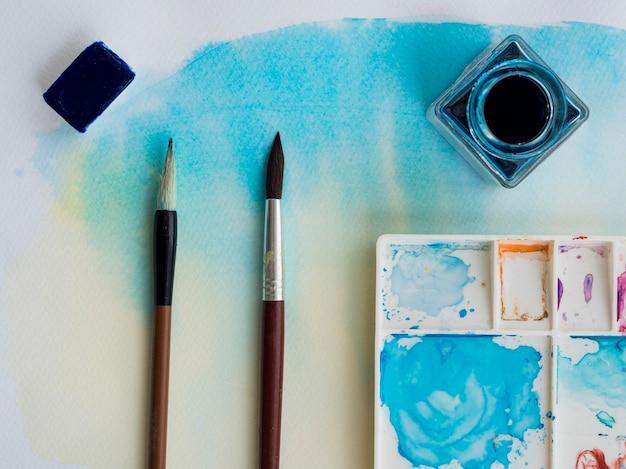 Bovenaanzicht van aquarel met penselen