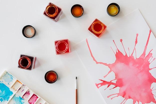 Bovenaanzicht van aquarellen en penseel