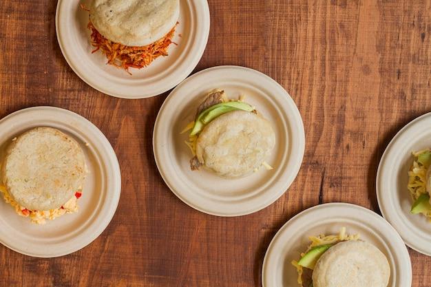 Bovenaanzicht van assortiment arepa's op borden