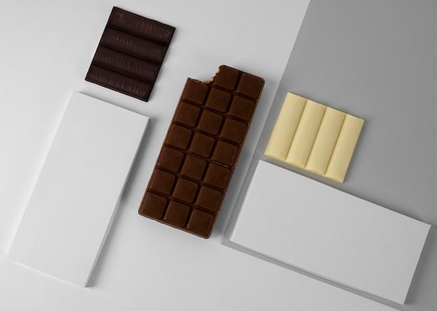 Bovenaanzicht van assortiment chocoladerepen met verpakking