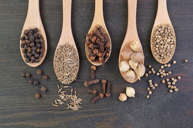 Bovenaanzicht van assortiment kruiden in houten lepels