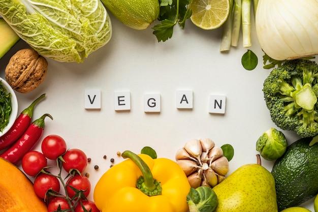 Bovenaanzicht van assortiment van groenten met het woord veganistisch