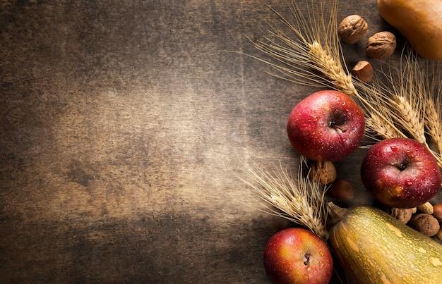 Bovenaanzicht van assortiment van herfst fruit en groenten met kopie ruimte