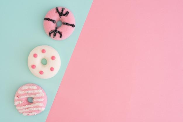 Bovenaanzicht van assortiment van kleurrijke geglazuurde donuts met kopie ruimte