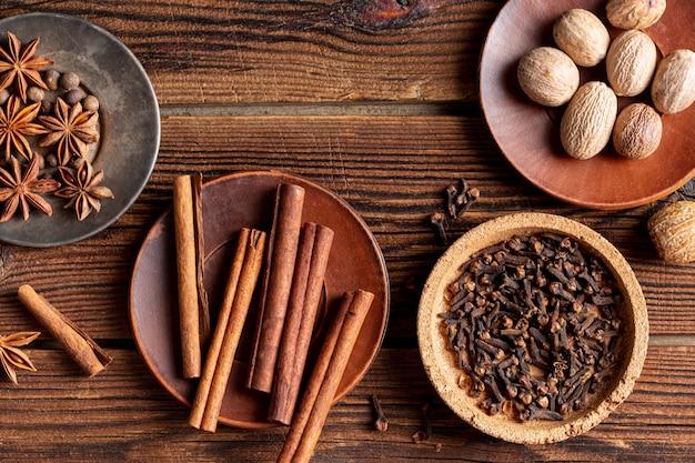 Bovenaanzicht van assortiment van kruiden met steranijs en kaneelstokjes