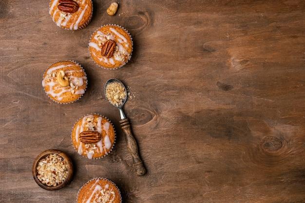 Bovenaanzicht van assortiment van muffins met kopie ruimte