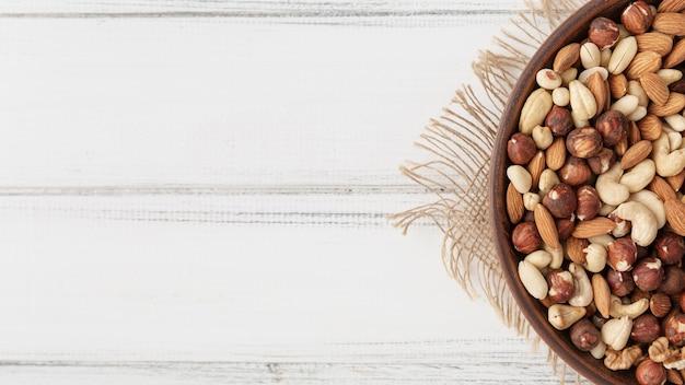 Bovenaanzicht van assortiment van noten in kom met amandelen