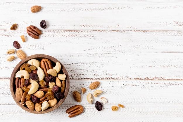 Bovenaanzicht van assortiment van noten in kom met kopie ruimte