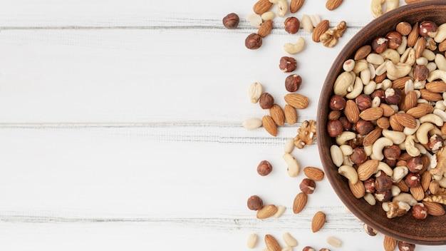 Bovenaanzicht van assortiment van noten in kom
