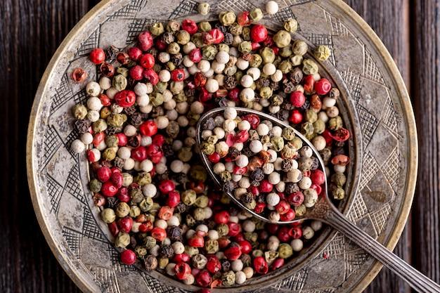 Bovenaanzicht van assortiment van peper op plaat